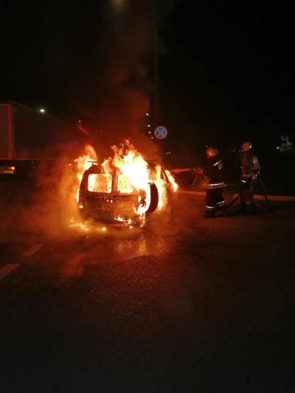 В Лакинске на дороге сгорел автомобиль