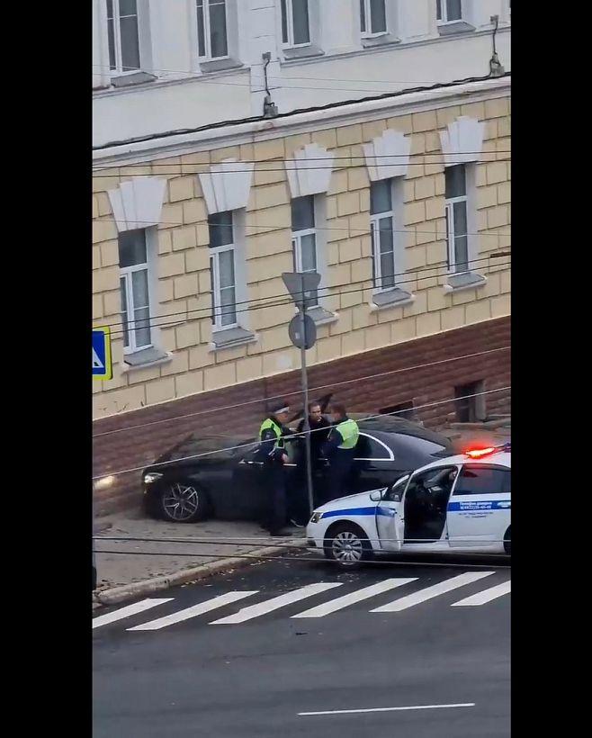 Водитель Мерседеса въехал в здание школы в центре Владимира